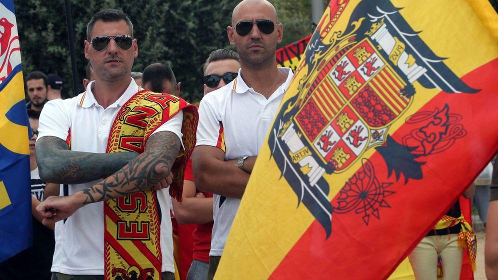 Foto: Colectivos de ultraderecha portan banderas preconstitucionales durante una manifestación en defensa de la unidad nacional en la plaza de Sant Jordi, en Barcelona. (EFE)