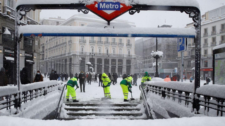 Operarios trabajan para retirar nieve y mejorar la circulación en la Puerta del Sol en Madrid. (EFE)