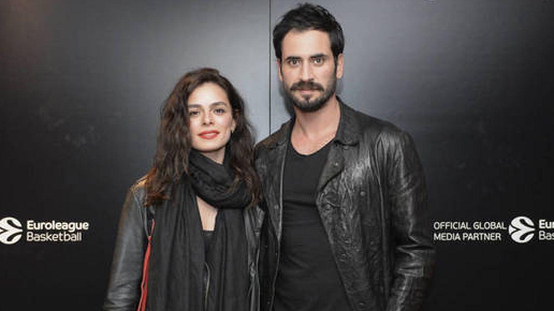Özge Özpirinçci, con su novio, Burak Yamantürk. (Getty)