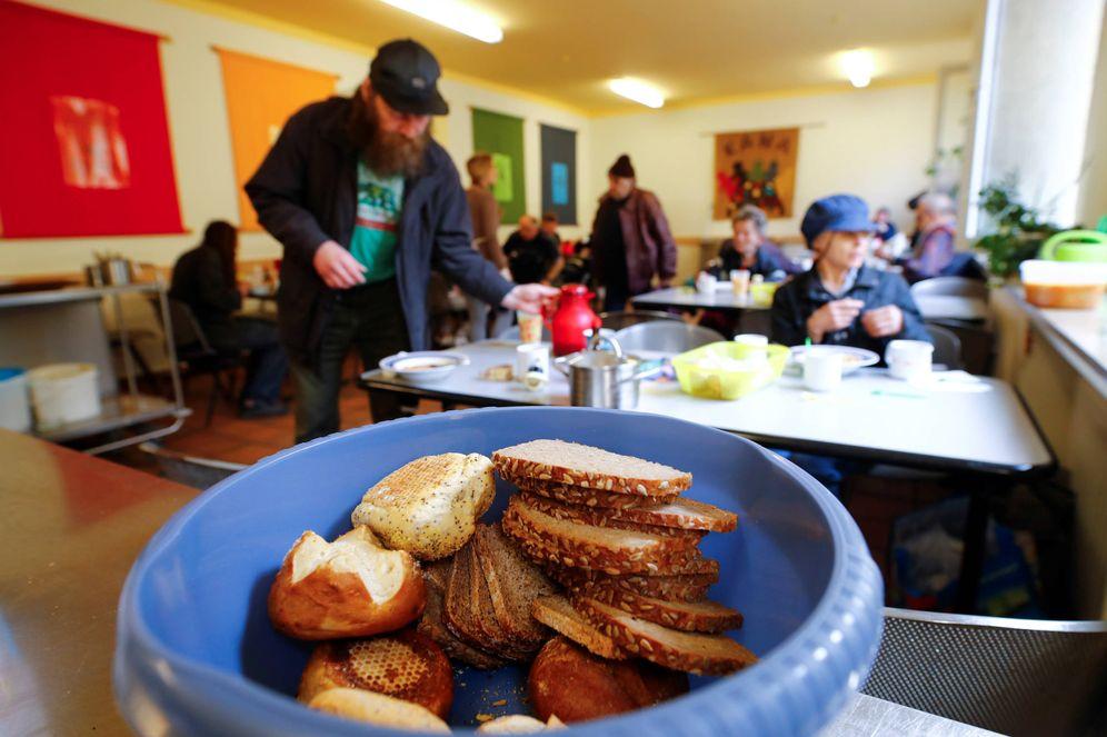 Foto: Alemanes de bajo recursos en la cocina económica Kana, en uno de los distritos más pobres de Dortmund, Alemania. (Reuters)