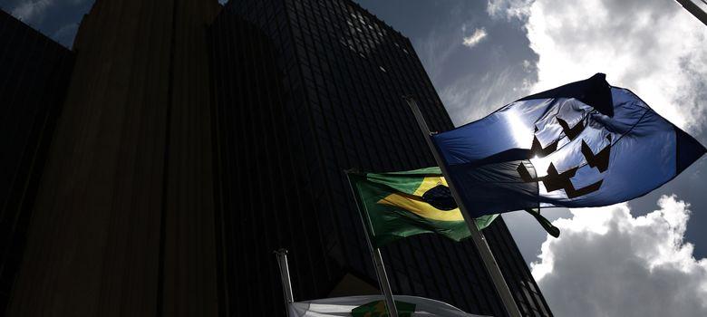 Foto: La bandera brasileña a las puertas del banco central, ubicado en Brasilia. (Reuters)