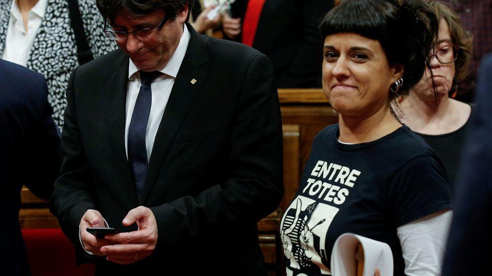 Foto: El expresidente de la Generalitat Carles Puigdemont y la exdiputada 'cupaire' Anna Gabriel. (Reuters)