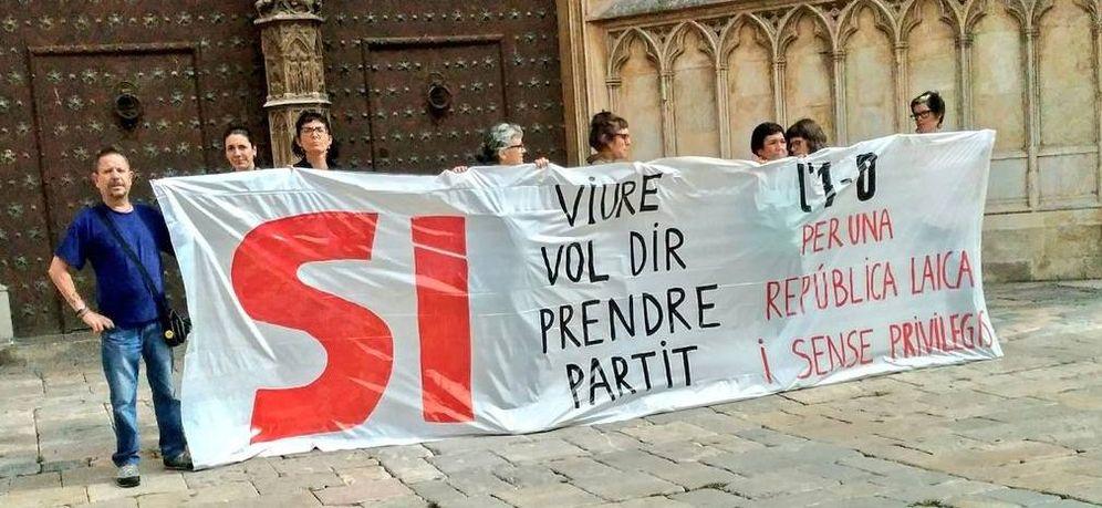 Foto: Miembros de la CUP con una pancarta contra la Iglesia frente a la catedral de Tarragona. (@CUPnacional)