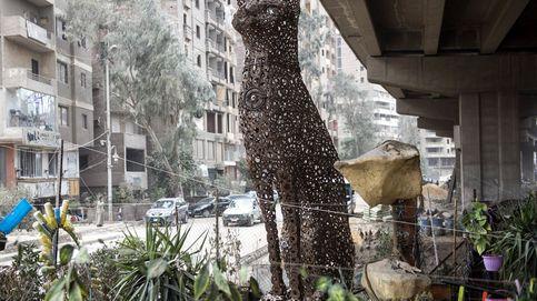Estatua de diosa egipcia hecha con chatarra
