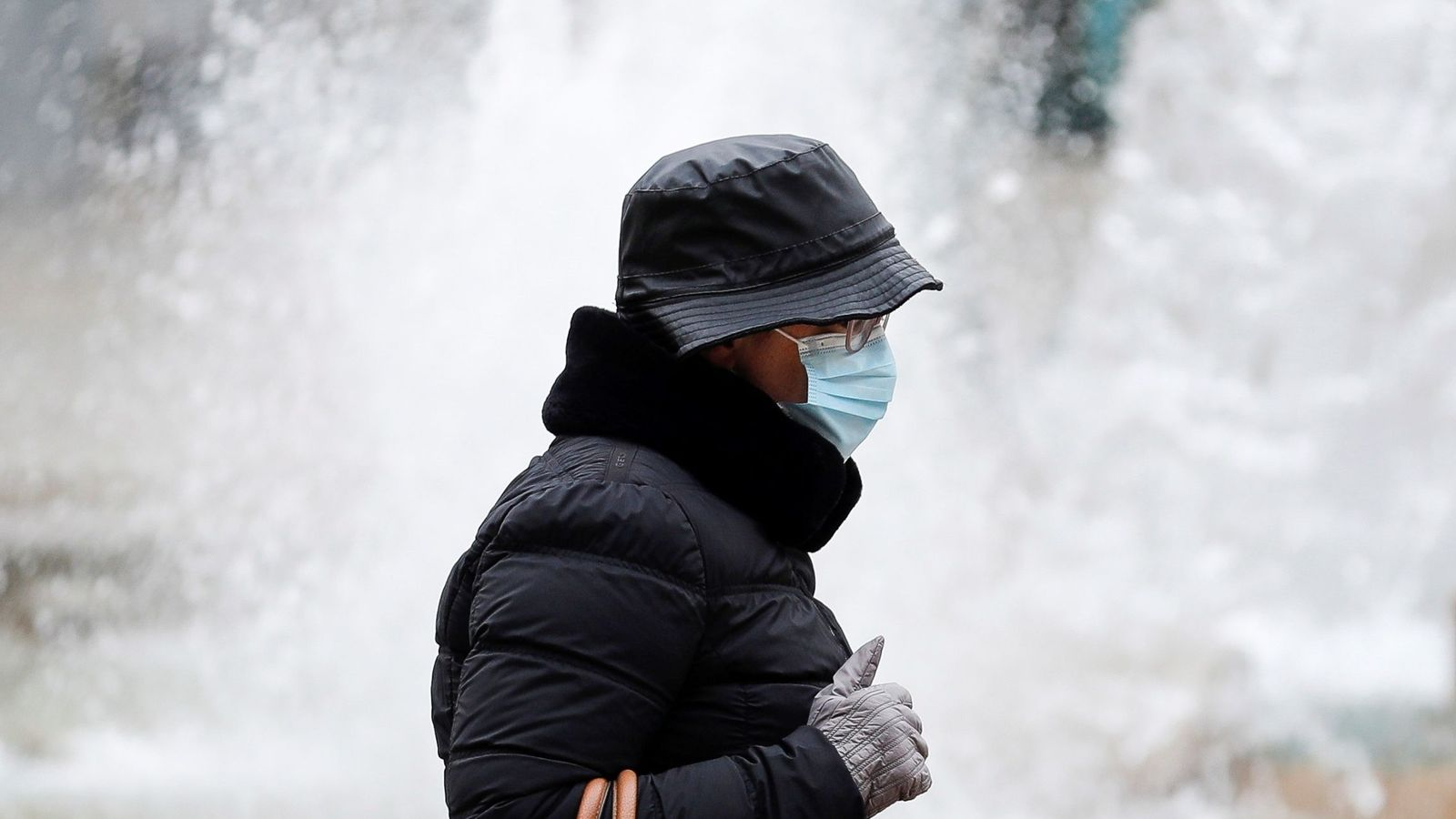 El frío agudiza la pandemia, y no solo por hacernos pasar más tiempo en interiores