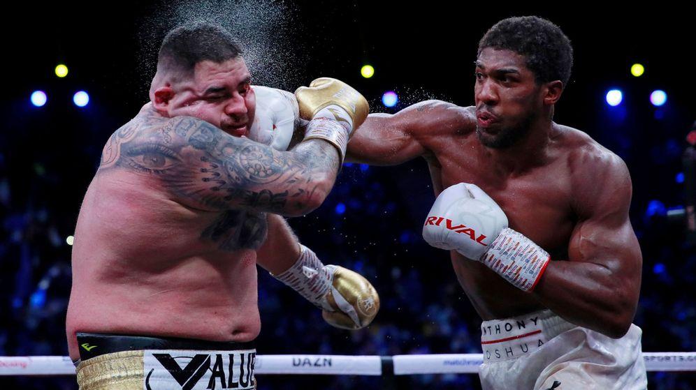 Foto: Anthony Joshua le propina un buen gole pe derechas a Ruiz en un instante del combate. (Reuters)