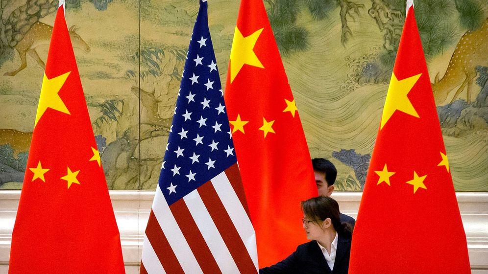 Foto: Banderas de China y EEUU en una de las rondas de negociaciones. (EFE)