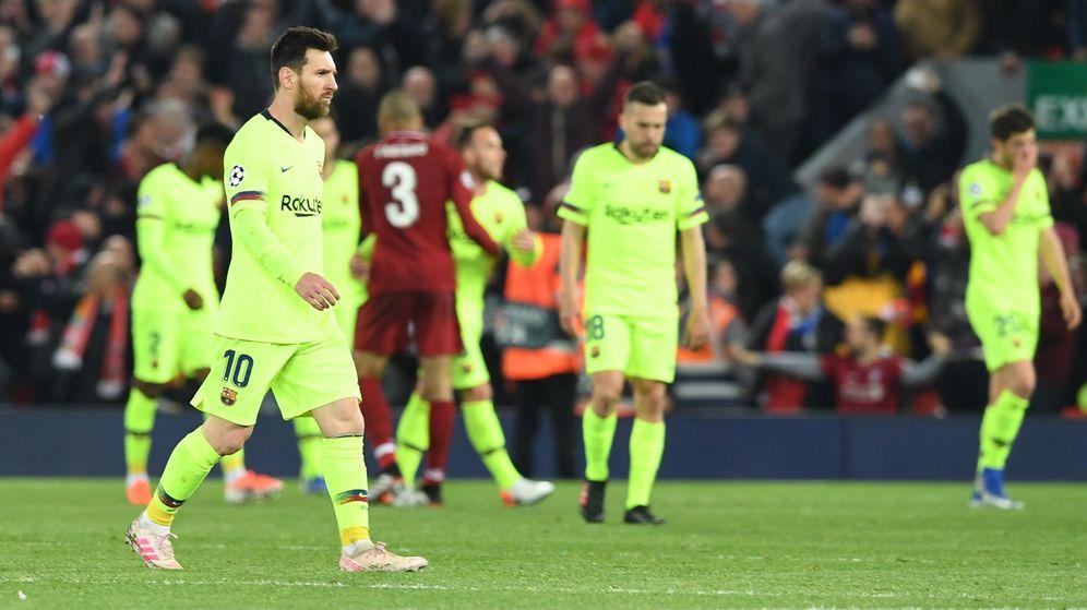 Foto: Los jugadores del Barcelona se retiran cabizbajos tras la derrota ante el Liverpool. (EFE)