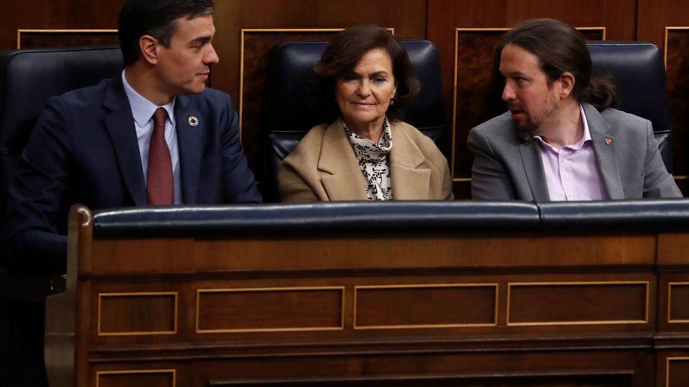 Foto: El presidente del Gobierno, Pedro Sánchez (i), junto a la vicepresidenta primera, Carmen Calvo, y el vicepresidente segundo, Pablo Iglesias, al inicio de la apertura de la XIV Legislatura. (EFE)