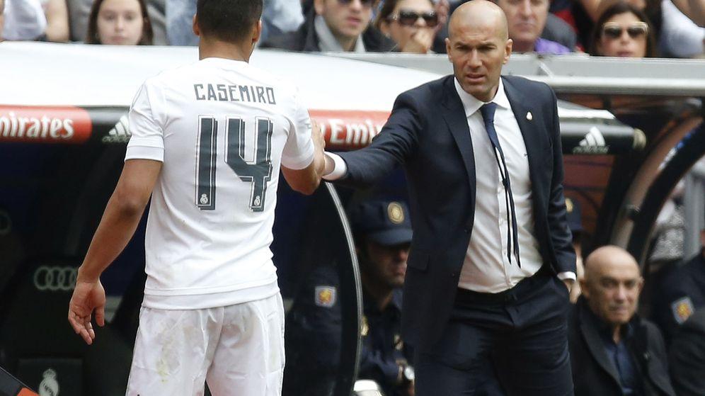 Foto: Zidane felicita a Casemiro durante un partido en el Bernabéu. (Efe)