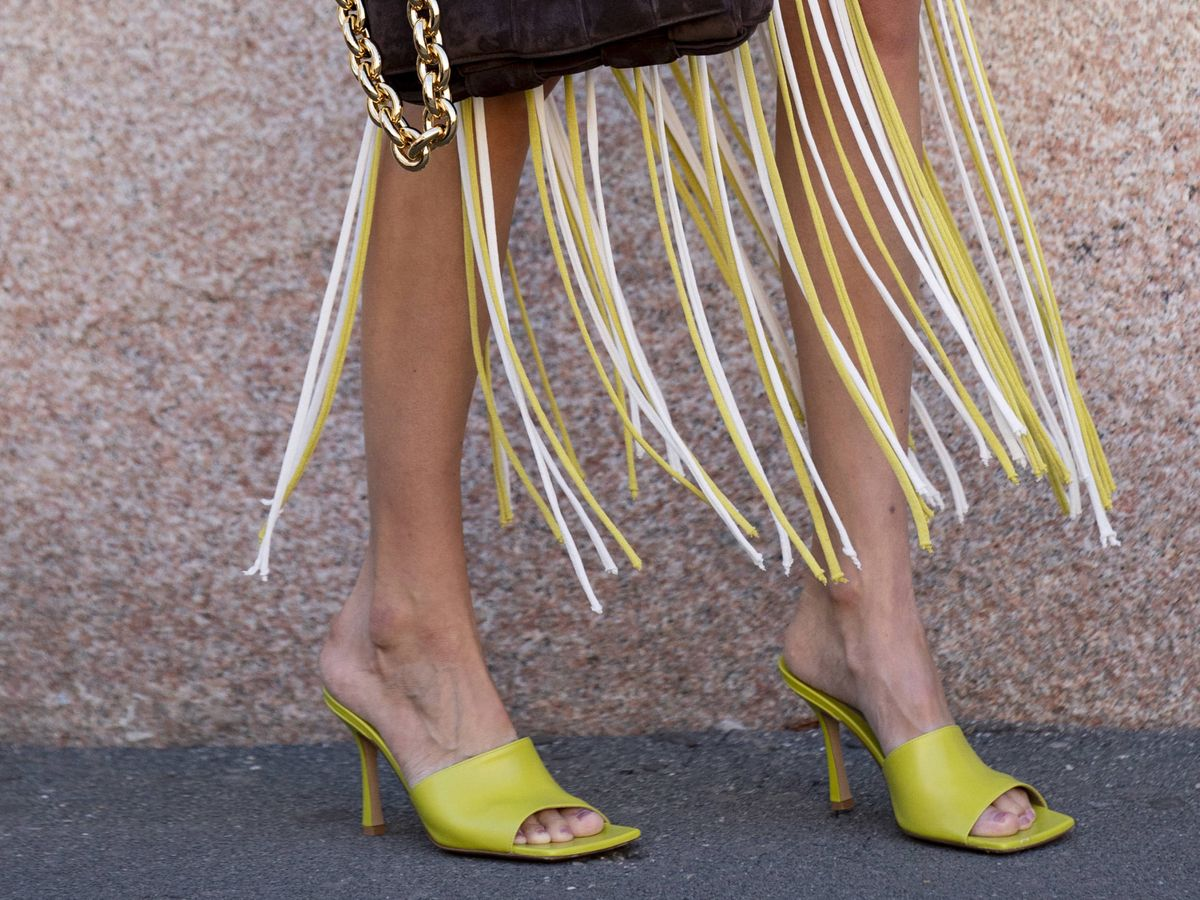 Foto: Sandalias neón vistas en la Semana de la Moda de Milán. (Cortesía)