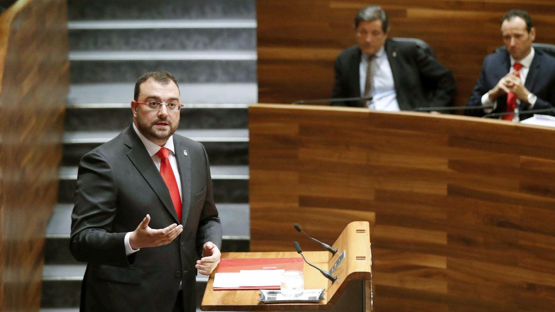 El presidente de Asturias, Adrián Barbón, en el Parlamento. Al fondo, Javier Fernández. (EFE)