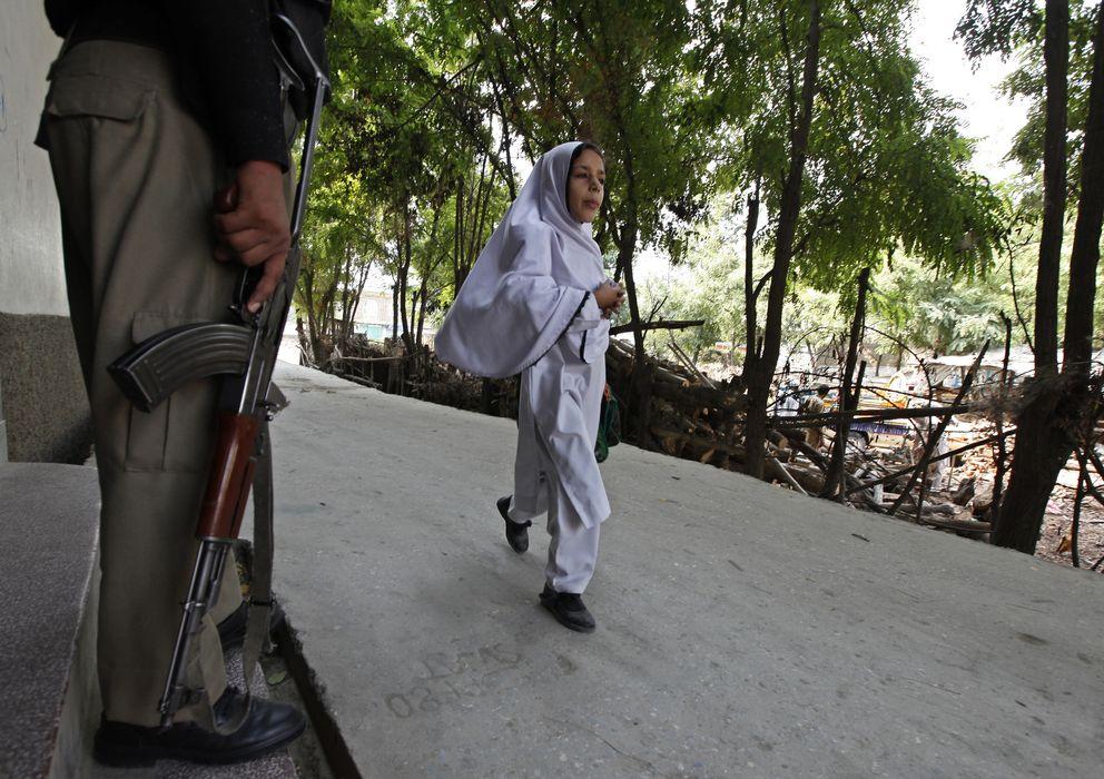 Foto: Un policía a las puertas de la escuela Khushal, donde estudió Malala, en el valle del Swat, Pakistán (Reuters).