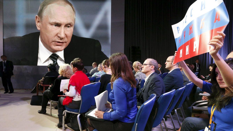 Foto: Una periodista pide turno para preguntar al Presidente Putin durante su conferencia anual, en diciembre de 2015 (Reuters)