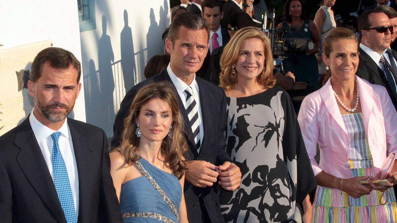 Felipe y Letizia, con las infantas e Iñaki Urdangarin en la boda de Nicolás de Grecia. (EFE)