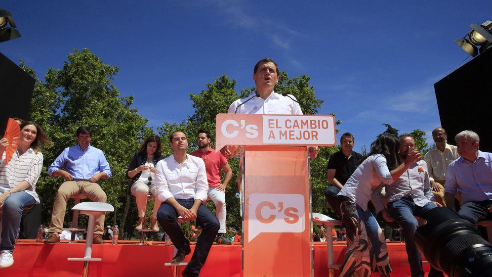 Foto: El presidente de Ciudadanos (C's) y candidato a la presidencia del Gobierno, Albert Rivera, durante su intervención hoy en el acto central de campaña del partido naranja en el madrileño Parque de Berlín. (EFE)