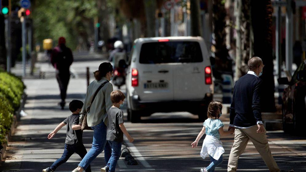 Foto: Una familia camina por la Diagonal de Barcelona. (EFE)