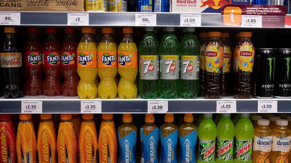 Foto: Refrescos de un supermercado de Reino Unido donde se introdujo un impuesto. (EFE)