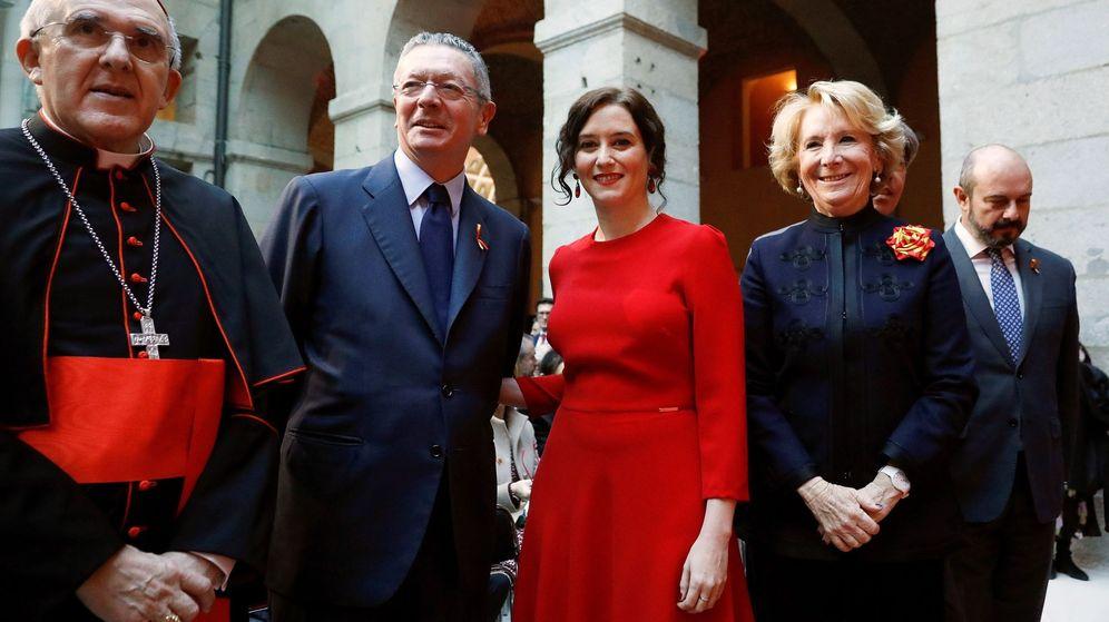 Foto: La presidenta de la Comunidad, Isabel Díaz Ayuso (c), junto a los expresidentes Alberto Ruíz Galardón (2i) y Esperanza Aguirre (d). (EFE)