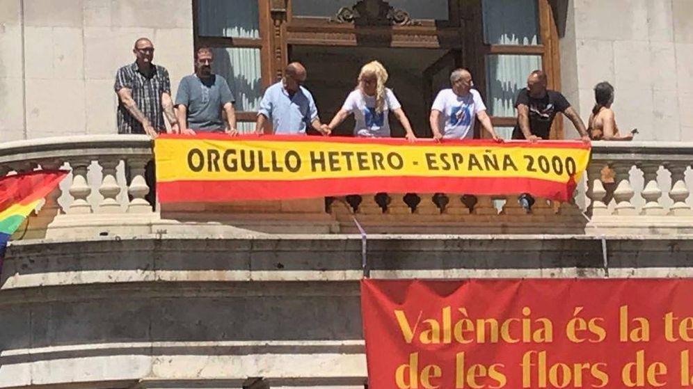 Foto: El grupo España 2000 desplegando una bandera en el Ayuntamiento de Valencia