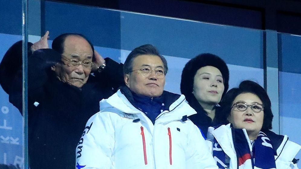 Foto: La delegación norcoreana en los Juegos Olímpicos de Invierno de PyeongChang con la hermana del líder, Kim Jong-Yo, en la esquina superior izquierda. (EFE)