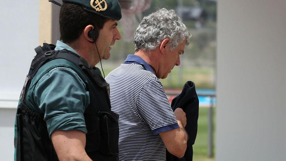 Foto: Ángel María Villar, ayer, tras ser detenido por la Guardia Civil. (Reuters)