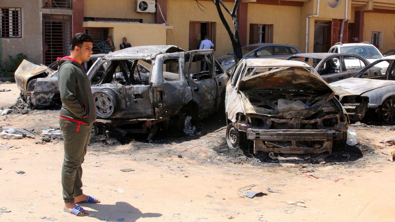 Foto: Escenas tras otro bombardeo el pasado abril en Libia. (EFE)
