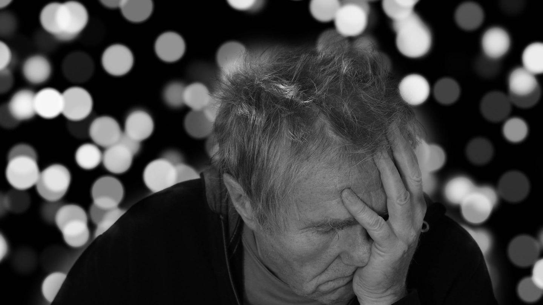 Una víctima de alzhéimer se lamenta | Pixabay