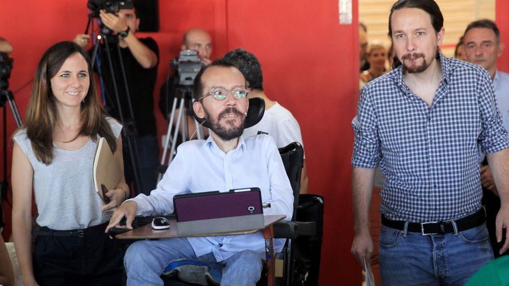 Foto: El líder de Podemos, Pablo Iglesias (d), el secretario de Organización, Pablo Echenique, y la portavoz adjunta en el Congreso, Ione Belarra, en la presentación de su hoja de ruta presupuestaria. (EFE)