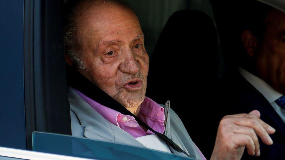 Foto: El rey Juan Carlos se dirige a los periodistas que lo esperaban a la puerta del Hospital Quirón, el pasado verano. (EFE)