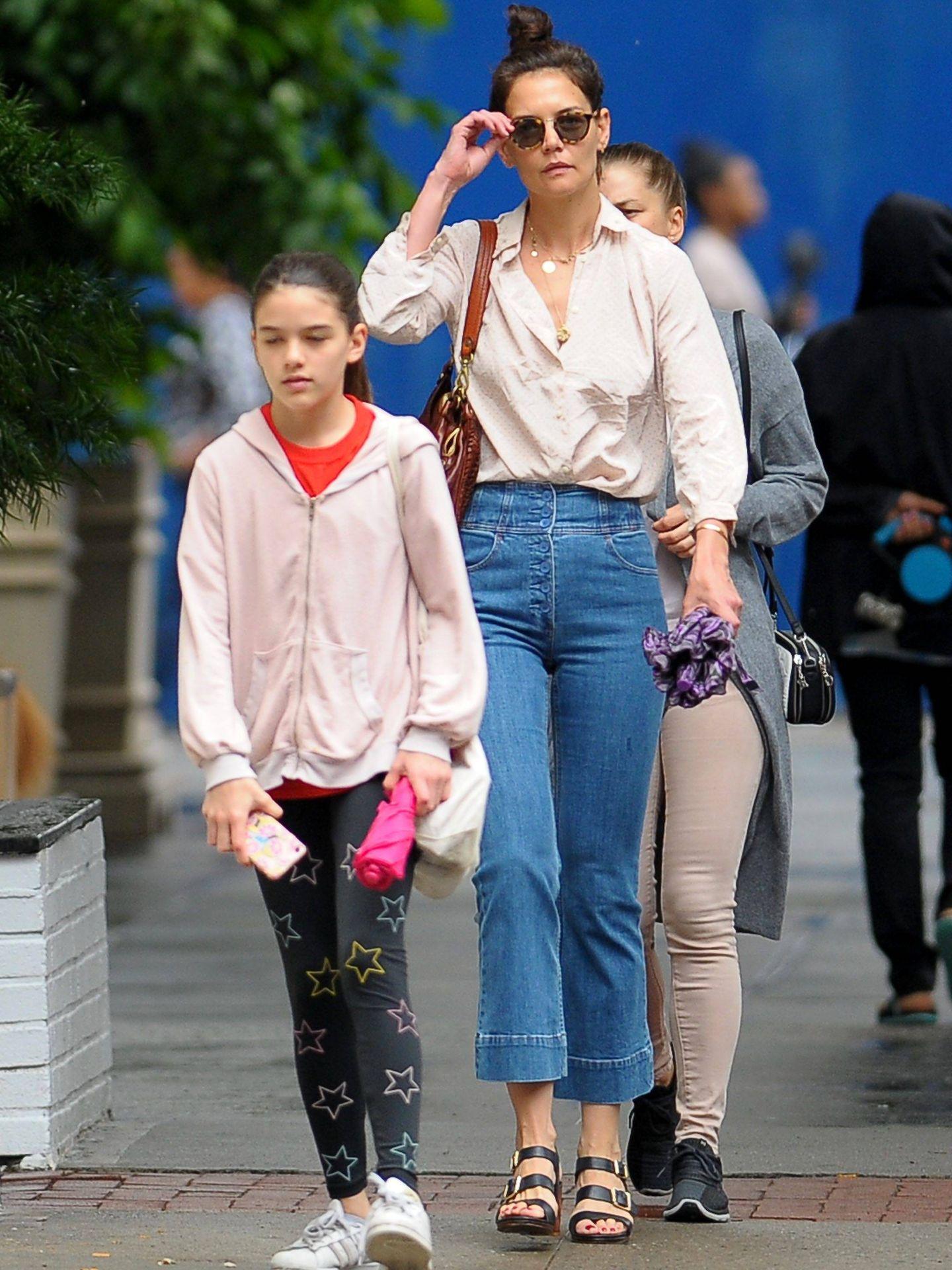 Katie Holmes y su hija Suri. (Cordon Press)