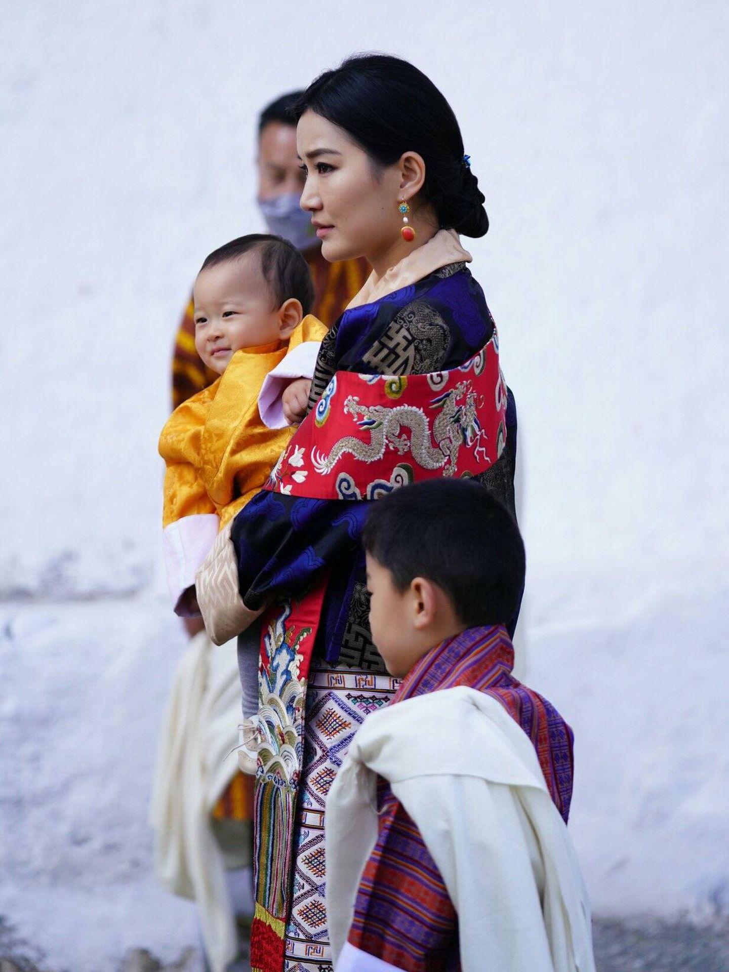Jetsun Pema, junto a sus hijos. (Facebook Jetsun Pema)