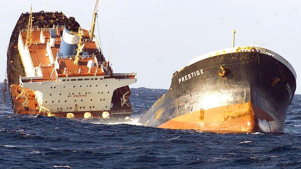 Foto: Imagen del petrolero Prestige partiéndose en dos. (EFE)