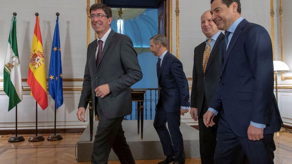 Foto: El presidente andaluz, Juanma Moreno (d), el vicepresidente, Juan Marín (i), el consejero de Educación, Javier Imbroda (2d), y el nuevo consejero de Hacienda, Industria y Energía, Juan Bravo Baena. (EFE)