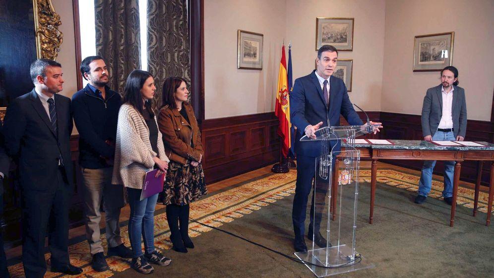 Foto: El presidente del Gobierno en funciones, Pedro Sánchez (c), durante su intervención tras llegar a un acuerdo con el líder de Unidas Podemos, Pablo Iglesias (d). (EFE)