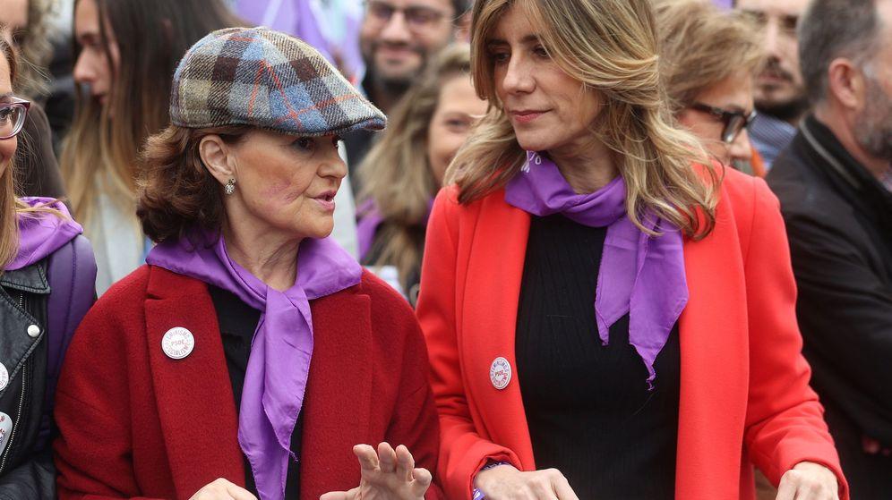 Foto: Carmen Calvo y Begoña Gómez, en la manifestación del 8-M. (EFE)
