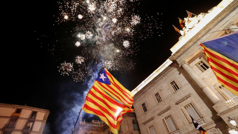 Fuegos artificiales, 'senyeres' y 'estelades' en la plaza de Sant Jaume tras la votación de la independencia. (Reuters)