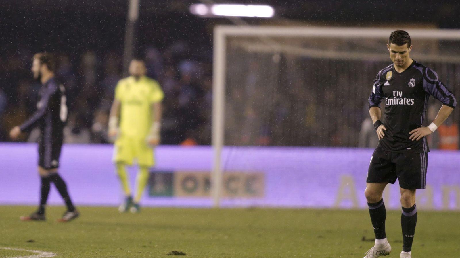 Foto: Cristiano, cabizbajo en Balaídos, donde el Real Madrid quedó eliminado de la Copa del Rey. (REUTERS)