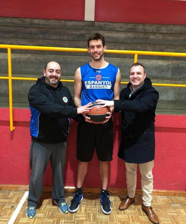 Foto: Adrià Gasol, con la camiseta del Espanyol de baloncesto al hacerse oficial su fichaje. (@Sec_Espanyol)