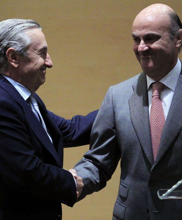 Foto: El ministro de Economía y Competitividad, Luis de Guindos (d), saluda al presidente de la Comisión Nacional de los Mercados y la Competencia (CNMC), José María Marín Quemada. (EFE)