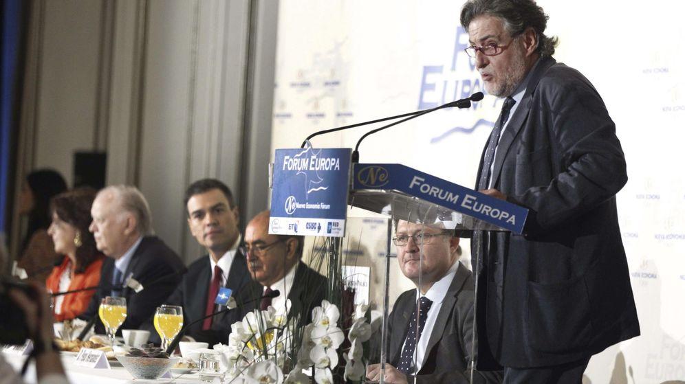 Foto: Pepu Hernández, en una imagen de 2014, ante la atenta mirada de Pedro Sánchez en un desayuno informativo. (EFE)