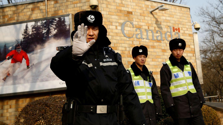 Foto: Policías chinos custodian la embajada canadiense en Pekín, en diciembre de 2018. (Reuters)