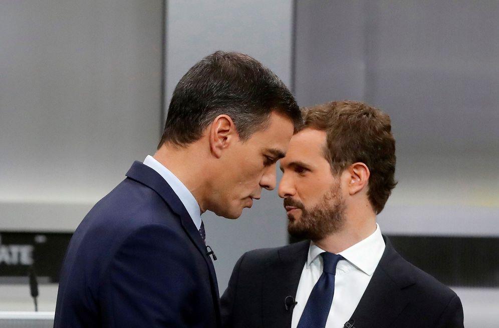 Foto: Pedro Sánchez y Pablo Casado, en los minutos previos al debate electoral del pasado 4 de noviembre. (EFE)