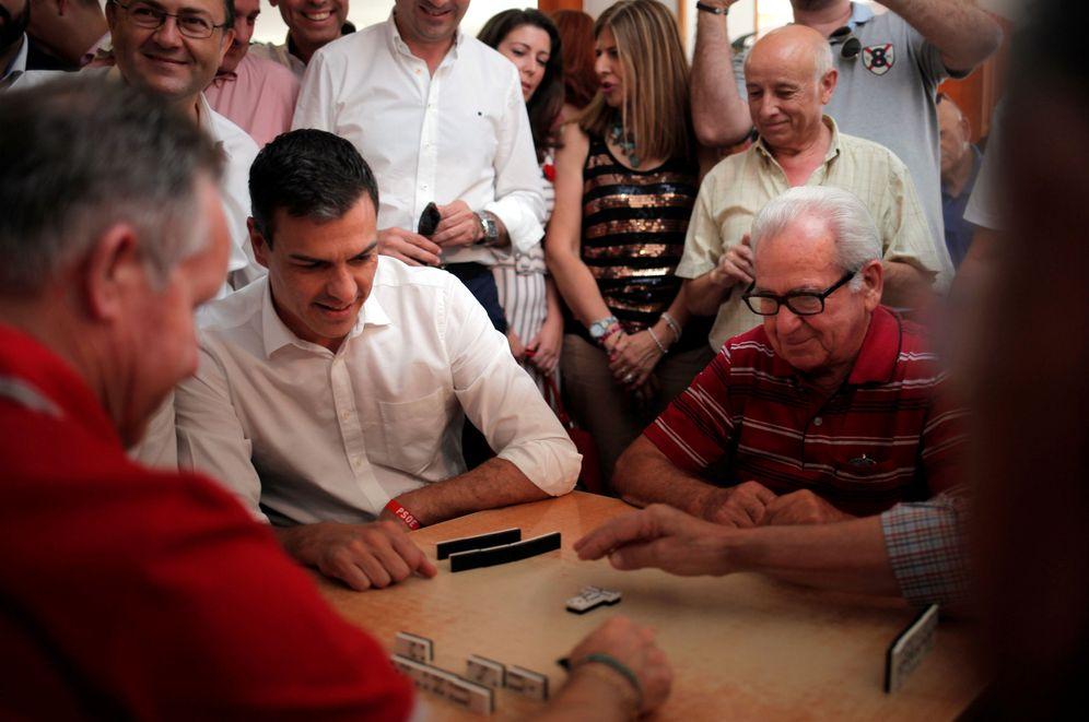 Foto: Pedro Sánchez juega al dominó con jubilados en el centro de mayores Anica Torres en Benalmádena, Málaga, este 15 de junio. (Reuters)