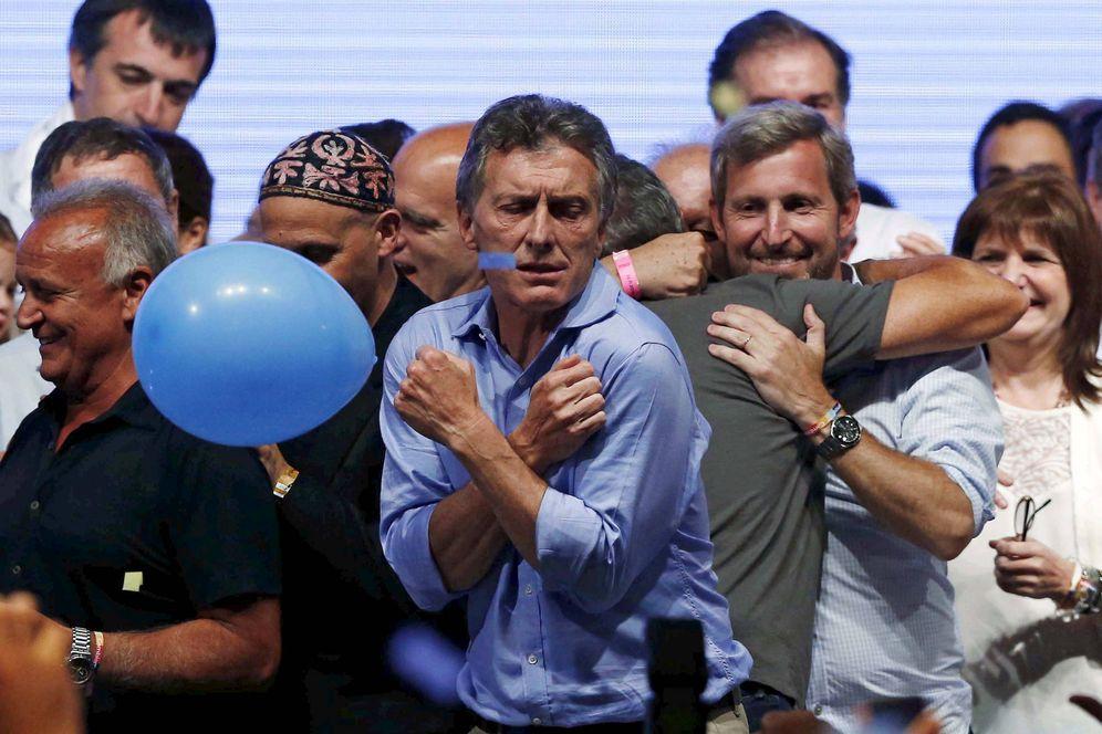 Foto: Mauricio Macri baila sobre un escenario tras conocer los resultados de las elecciones presidenciales, en Buenos Aires, el 22 de noviembre de 2015. (Reuters)