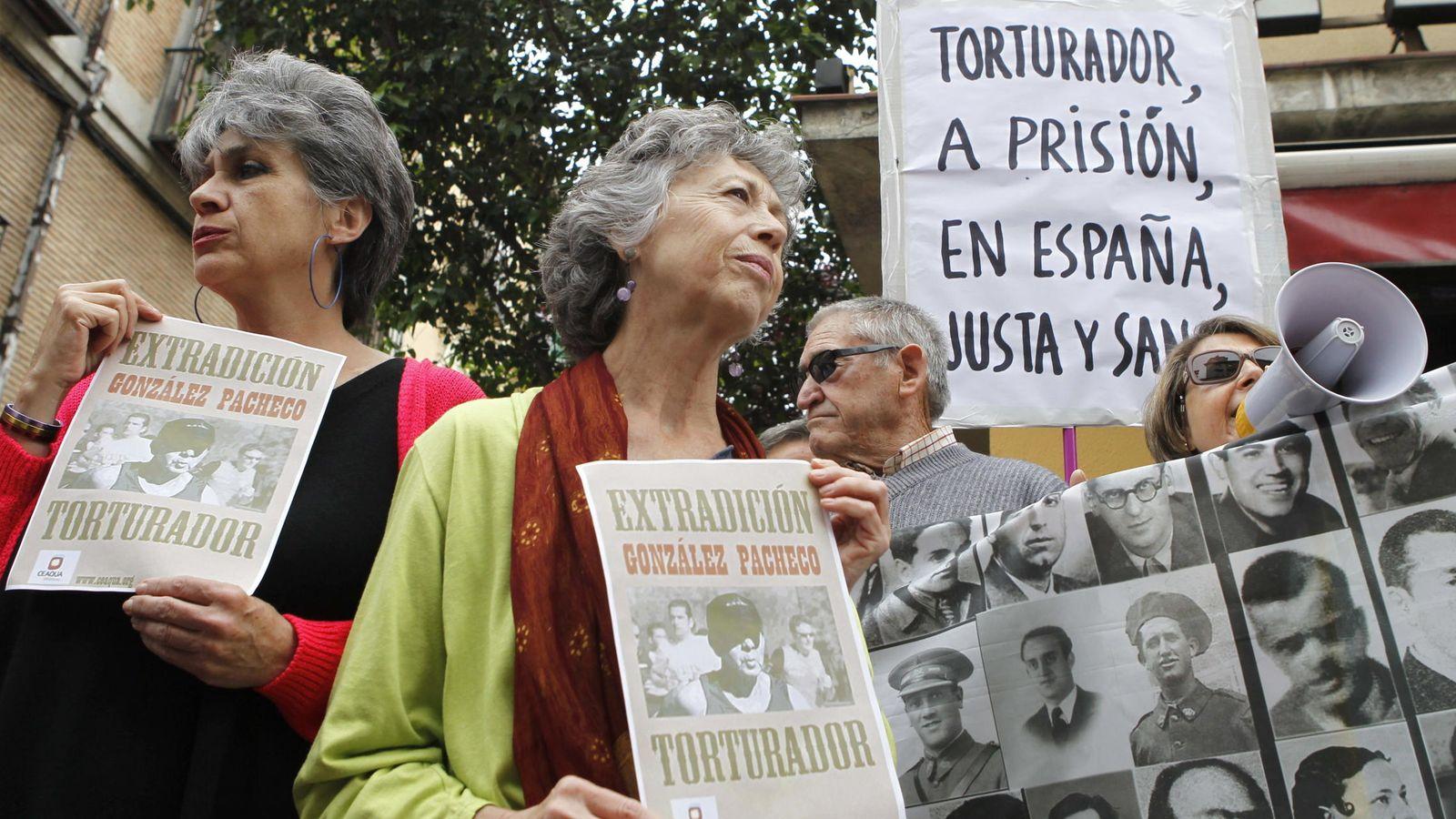 Foto: Victimas del franquismo durante una manifestación para solicitar la extradición de González Pacheco a Argentina | EFE