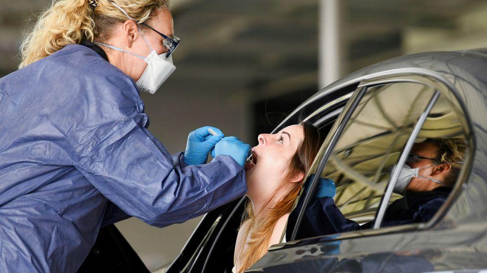Foto: Una profesional sanitaria hace un test de coronavirus en Holanda. (Reuters)