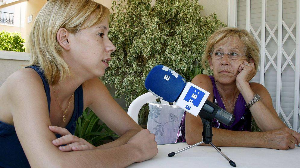Foto: Verónica, con su madre, en 2009 cuando conocieron la sentencia. (EFE)