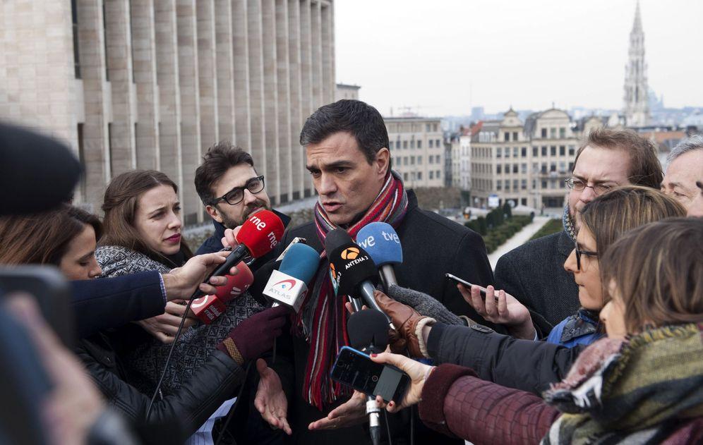 Foto: Pedro Sánchez, en declaraciones a los medios en Bruselas, este 18 de febrero. (EFE)