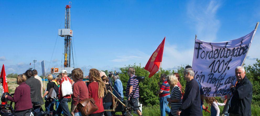 Foto: Ecologistas y ciudadanos protestan contra el 'fracking' en Saal, Alemania, el pasado 25 de mayo. (Reuters)